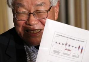 12月8日、内閣官房参与を務める浜田宏一・米イエール大名誉教授はロイターのインタビューで、今月の米FOMCで利上げが行われ、ドルが130円方向に反応すれば日本経済にプラスで、日銀の追加緩和は必要ないとの見解を示した。都内で2014年撮影(2015年 ロイター/Issei Kato)